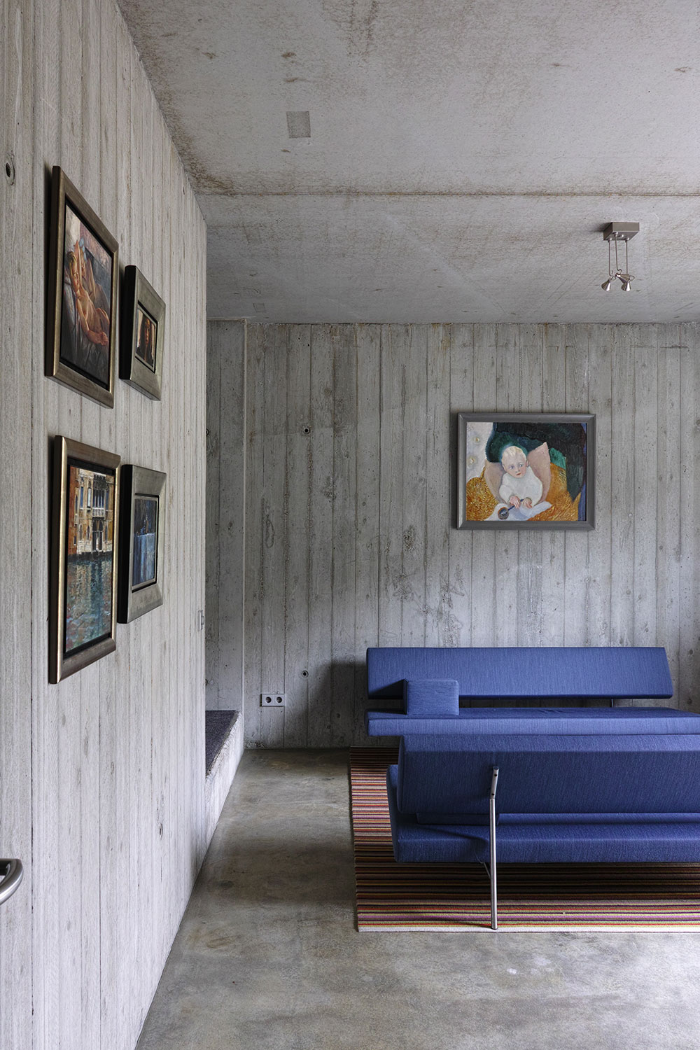 villa-blue-sofa-and-art